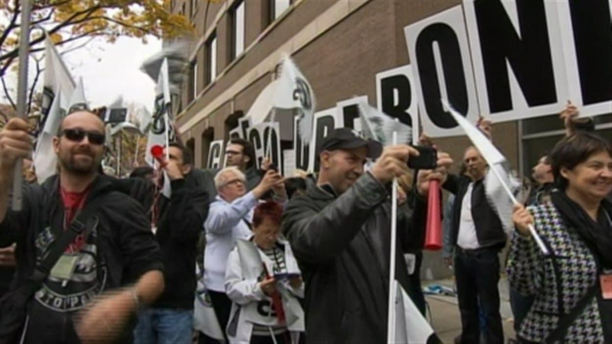 Des manifestants devant les bureaux de Philippe Couillard