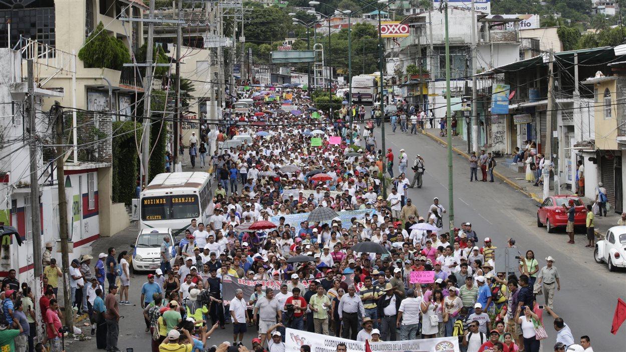 Des étudiants, des enseignants et des membres des familles des 43 étudiants portés disparus le 26 septembre ont manifesté dans les rues d'Acapulco, le 17 octobre