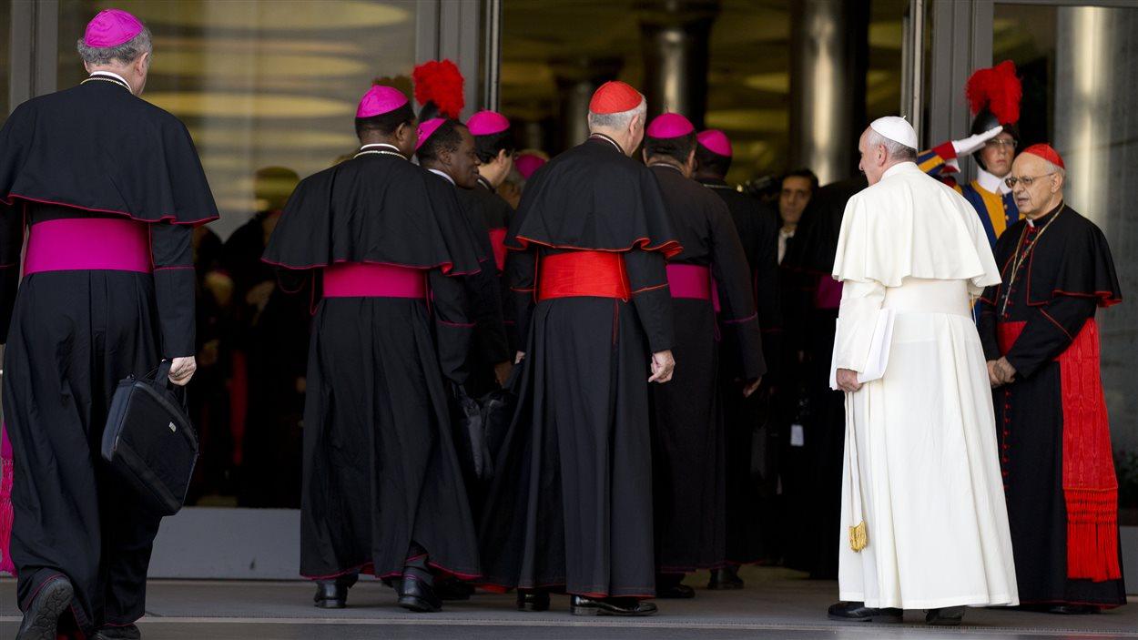 Le pape François (à droite) arrive avec des évêques pour les dernières discussions du synode, au Vatican, le 18 octobre 2014.