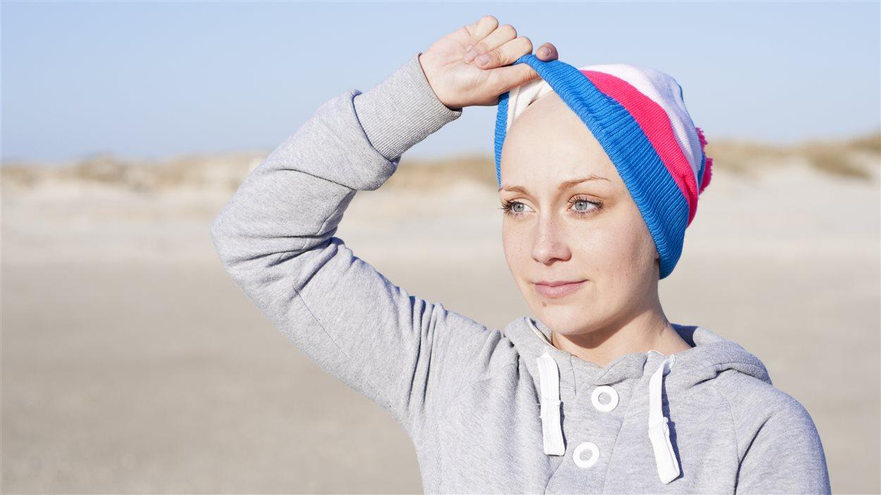 Une femme qui a perdu ses cheveux montre son crâne sous sa tuque