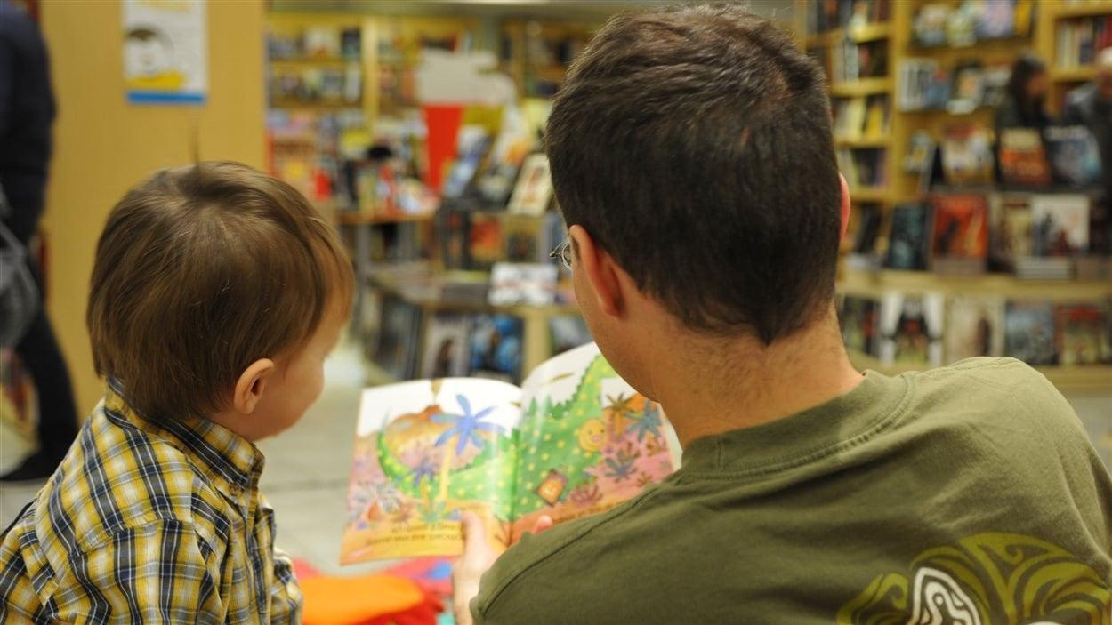 Un père et son fils à la Librairie Monet.