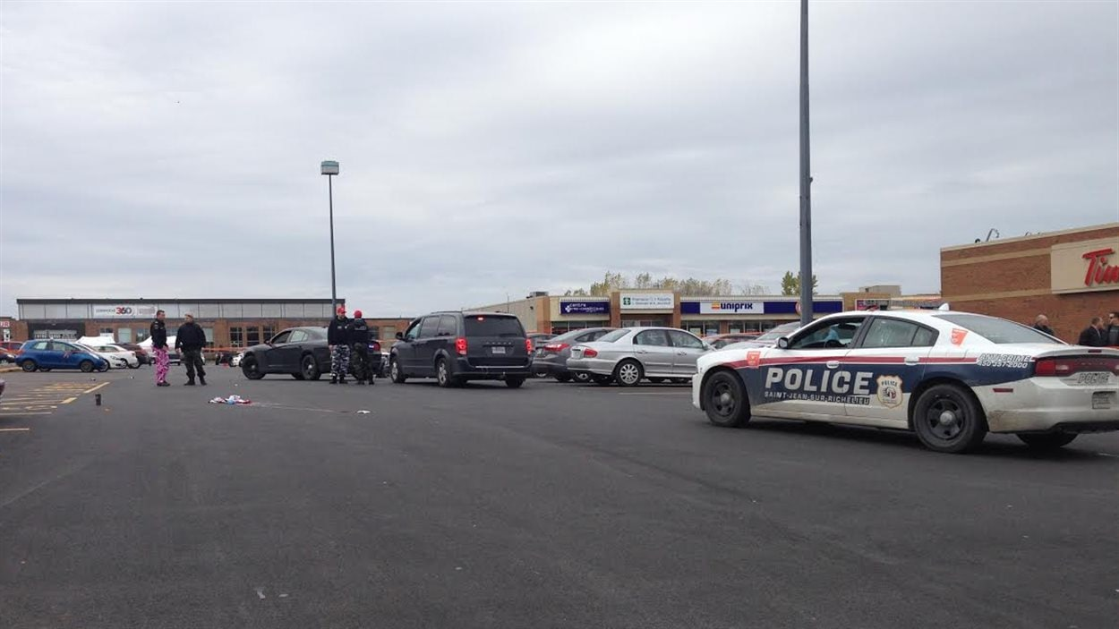 Les policiers enquêtent sur la scène de la fusillade.