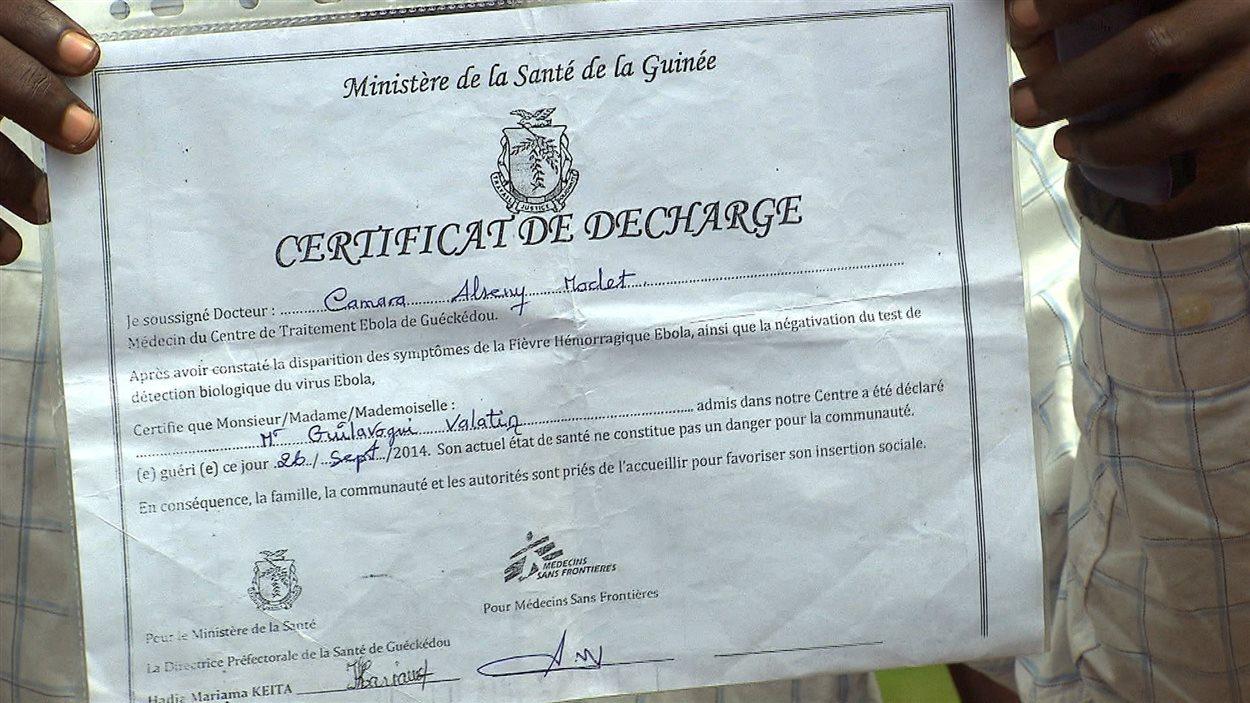 Valentin Zézé Giulavogui arbore le certificat médical attestant qu'il ne présente plus des signes d'Ebola.