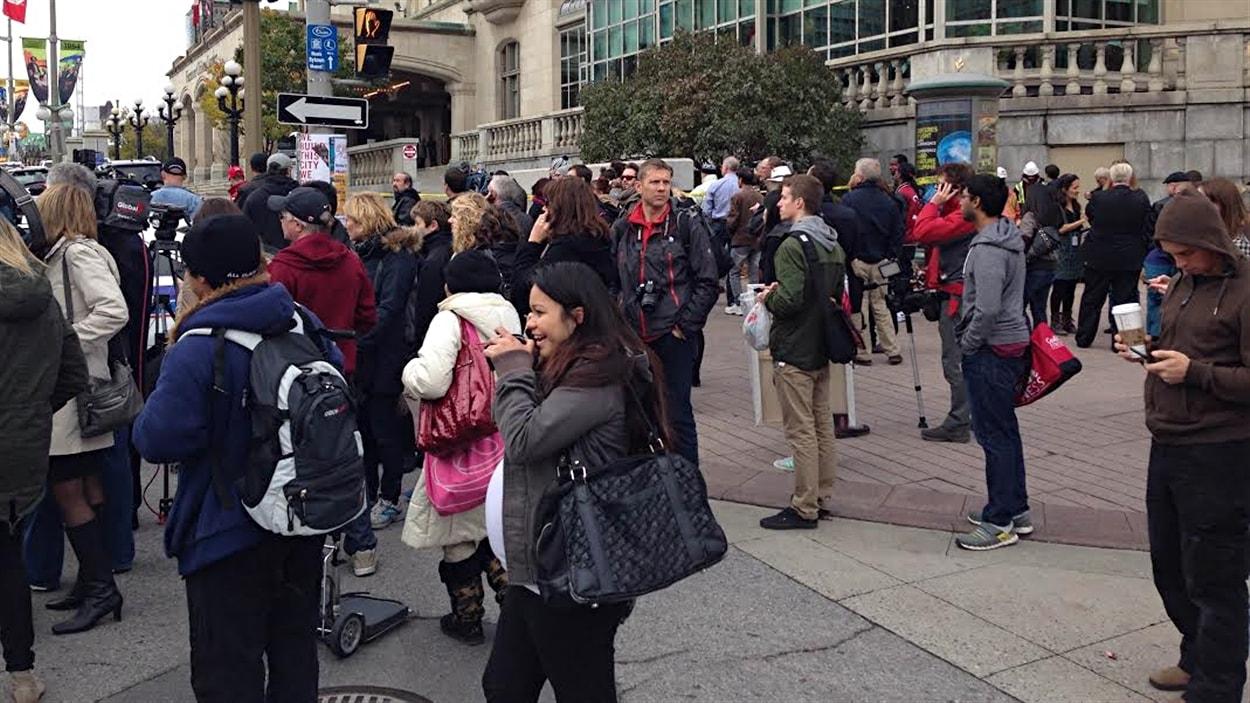 Des dizaines de personnes se sont amassées devant l'hôtel Château Laurier, au centre-ville d'Ottawa.