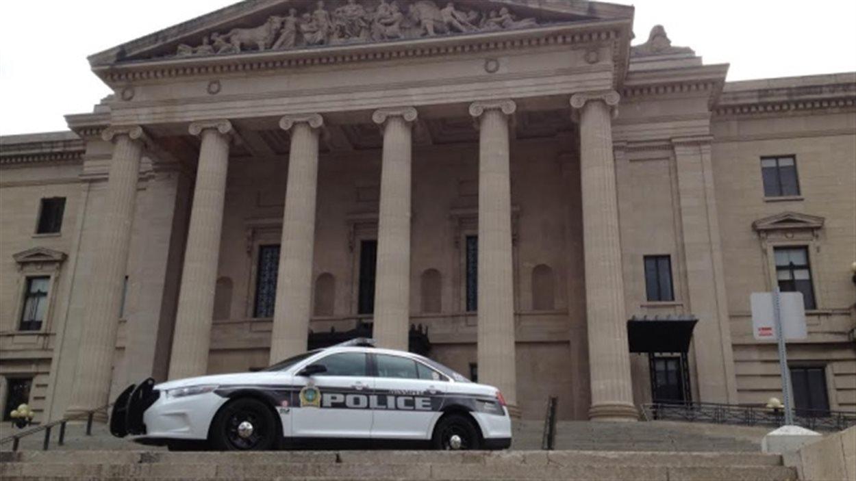 La sécurité est renforcée au Palais législatif à Winnipeg après l'attentat de mercredi matin sur la colline parlementaire à Ottawa.