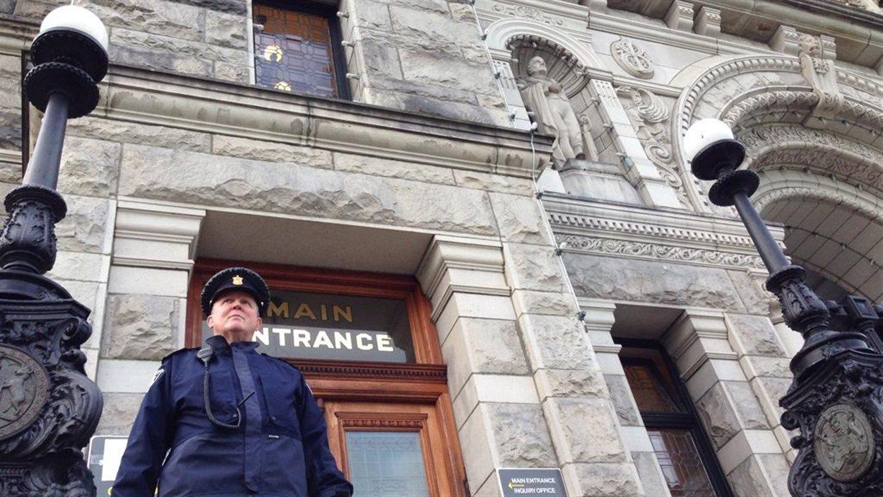 Le Parlement de la Colombie-Britannique à Victoria a renforcé sa sécurité et a fermé ses portes au public mercredi, suite à la fusillade à Ottawa.