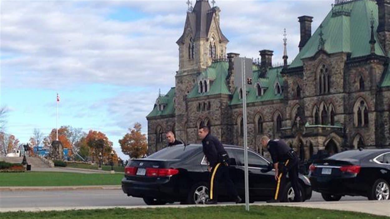 Des policiers de la GRC inspectent toutes les voitures aux abords du parlement.