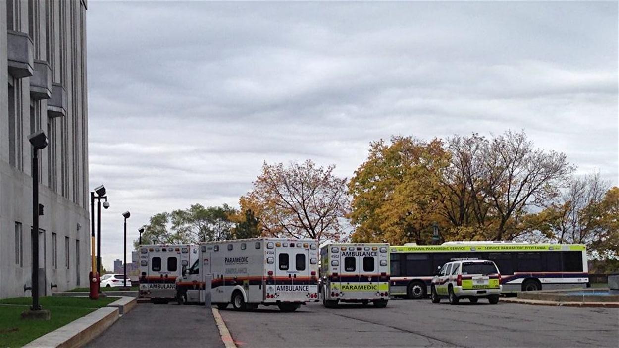 Une dizaine d'ambulances sont garées derrière l'édifice de la Cour suprême, à Ottawa.