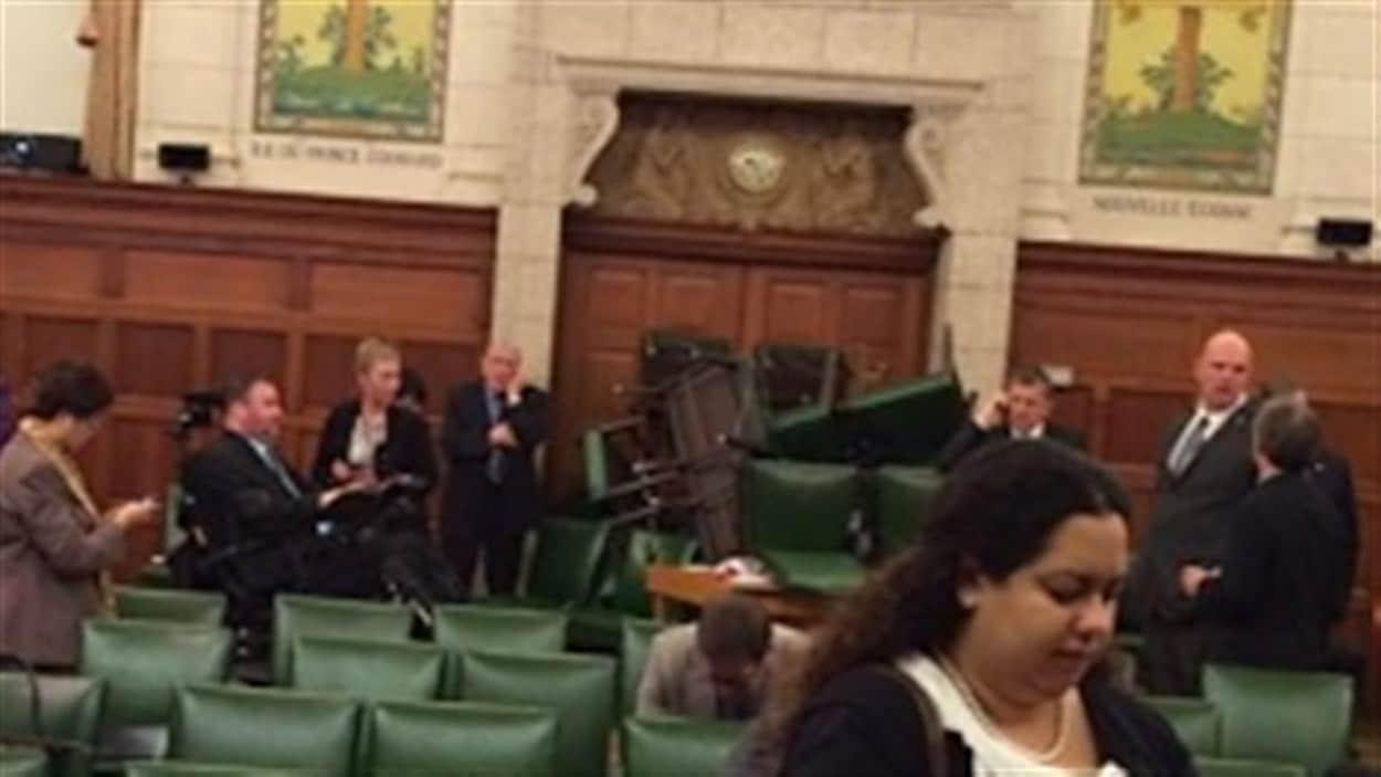 Alors que les policiers recherchaient le tireur, les politiciens ont empilé des chaises pour empêcher l'accès aux lieux. À gauche de la photo en fauteuil roulant, le député Steven Fletcher.