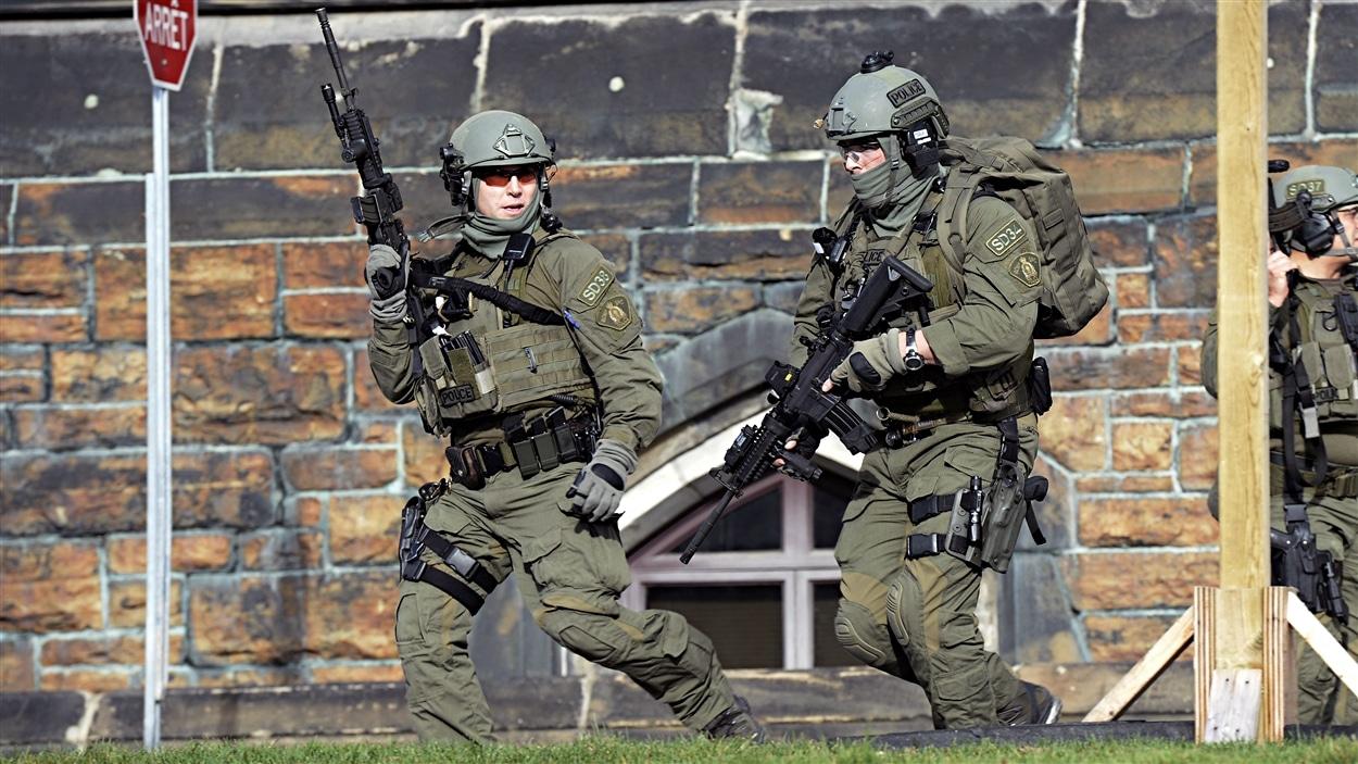 Un groupe tactique de la Gendarmerie royale du Canada (GRC) sur la colline du Parlement, à Ottawa