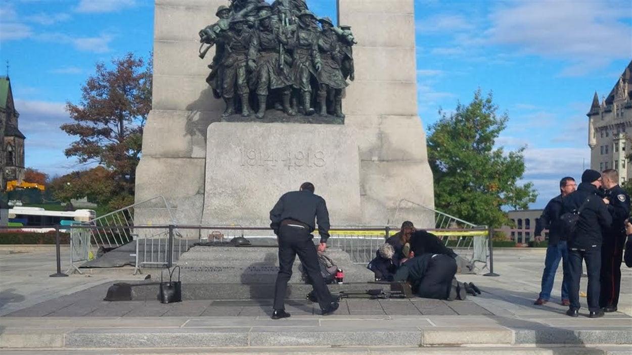 Un soldat a été atteint par un tireur au cénotaphe d'Ottawa.