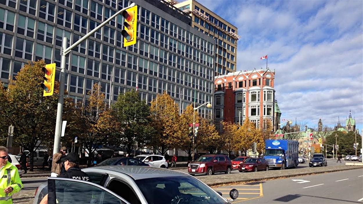 Des policiers devant le Haut-Commissariat du Royaume-Uni au Canada, rue Elgin, à Ottawa