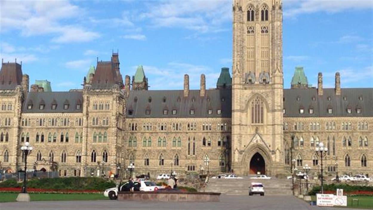 Le parlement d'Ottawa a été envahi par les policiers à la suite d'une fusillade survenue dans son enceinte.