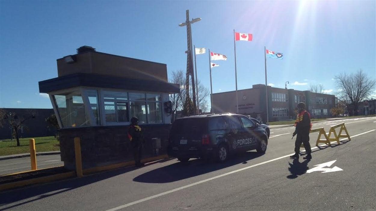Des militaires sont postés à l'entrée de la base des Forces canadiennes de Bagotville.