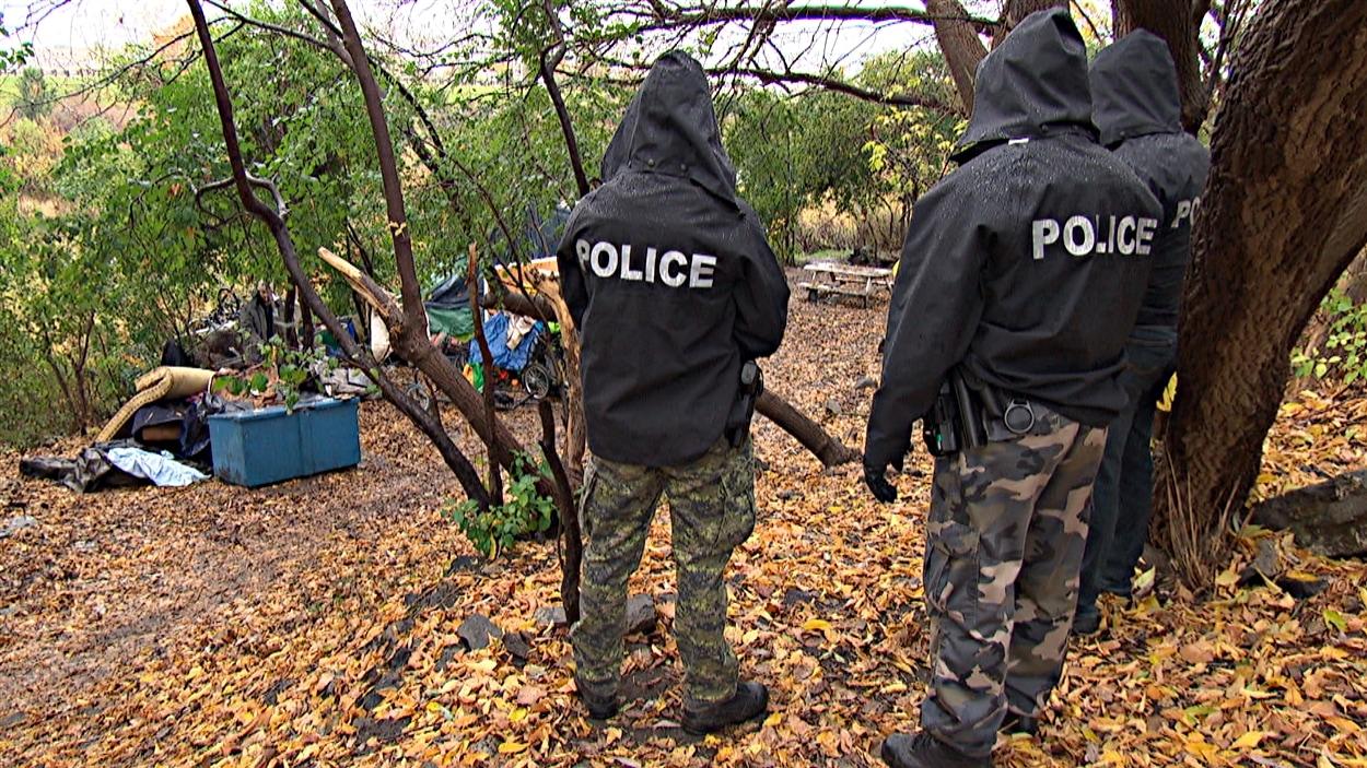 Des policiers ont assisté au démantèlement du campement improvisé prês du Gîte Ami, le long du ruisseau de la Brasserie. (21-10-14)