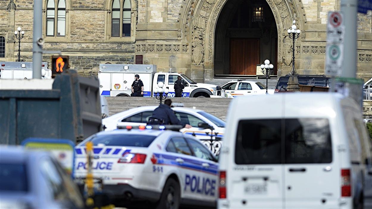 Plusieurs véhicules policiers ont été dépêchés sur la colline du Parlement, à Ottawa.