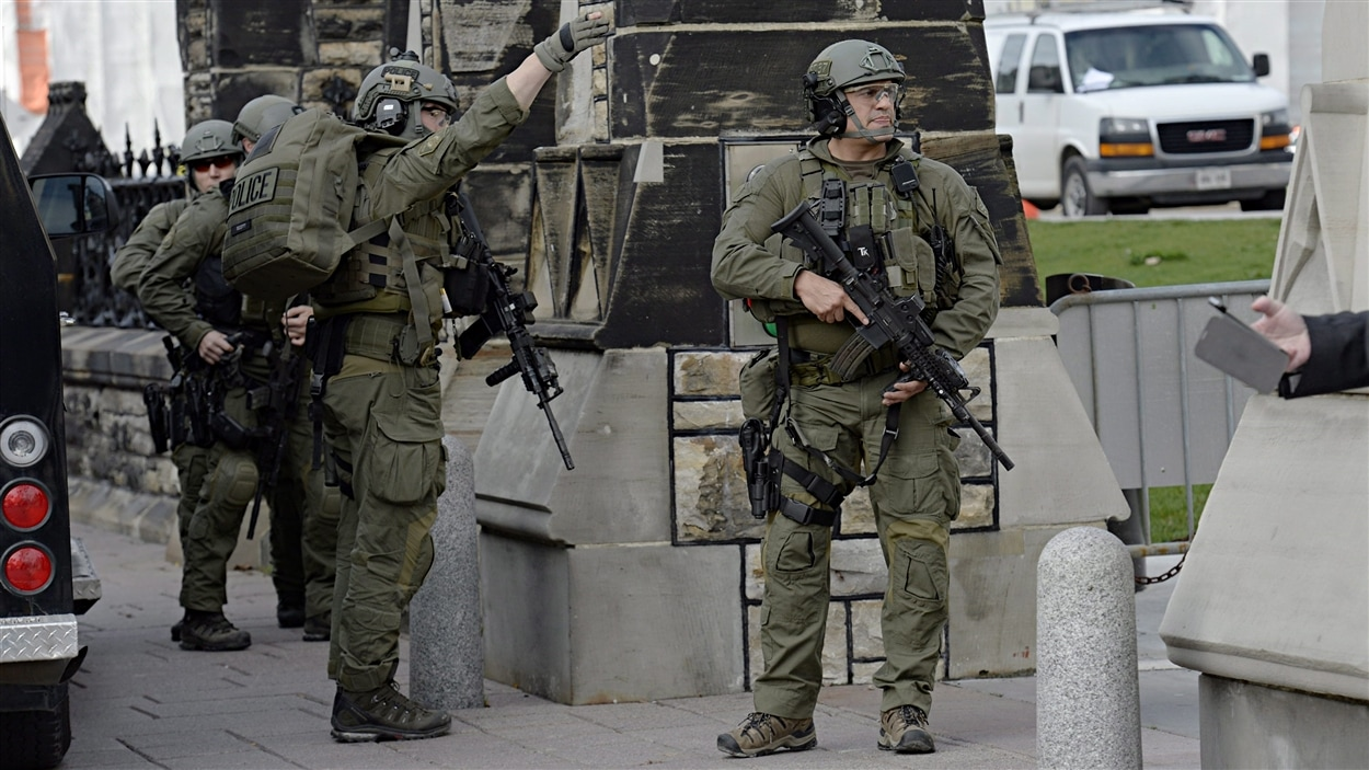 Un groupe tactique de la Gendarmerie royale du Canada (GRC) protège l'une des entrées de la colline du Parlement, à Ottawa.