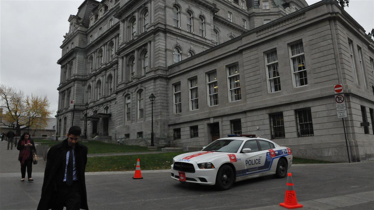 Policiers à l'Hôtel de ville de Montréal.