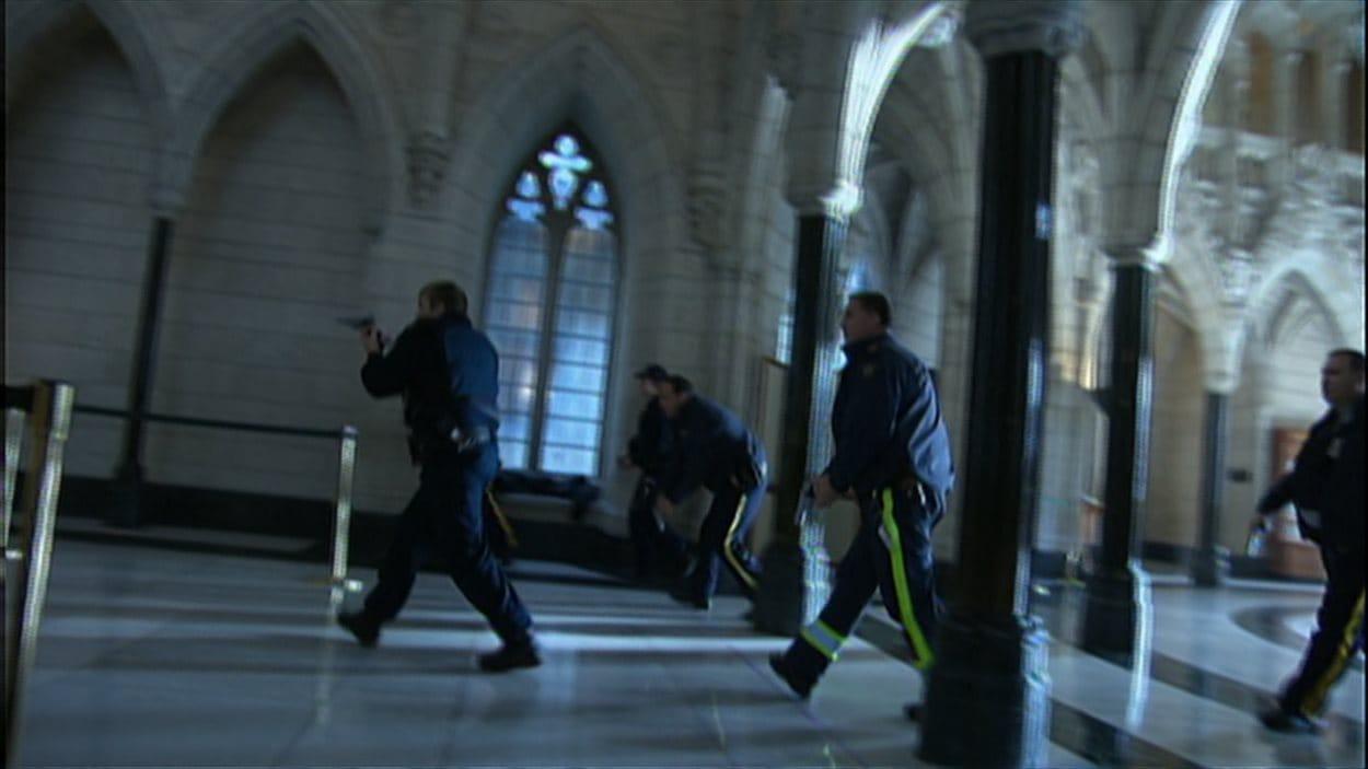 Des policiers poursuivent l'auteur de la fusillade qui a causé la mort d'un caporal à Ottawa.