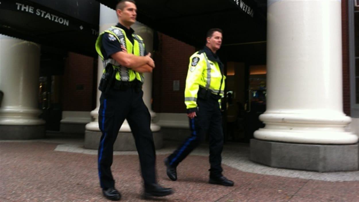 Des agents de la police des transports effectuent une patrouille à l'extérieur de la station Waterfront le 22 octobre 2014.