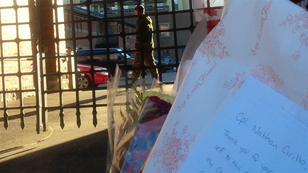 Des gerbes de fleurs et des lettres ont été déposées devant le manège militaire de Hamilton