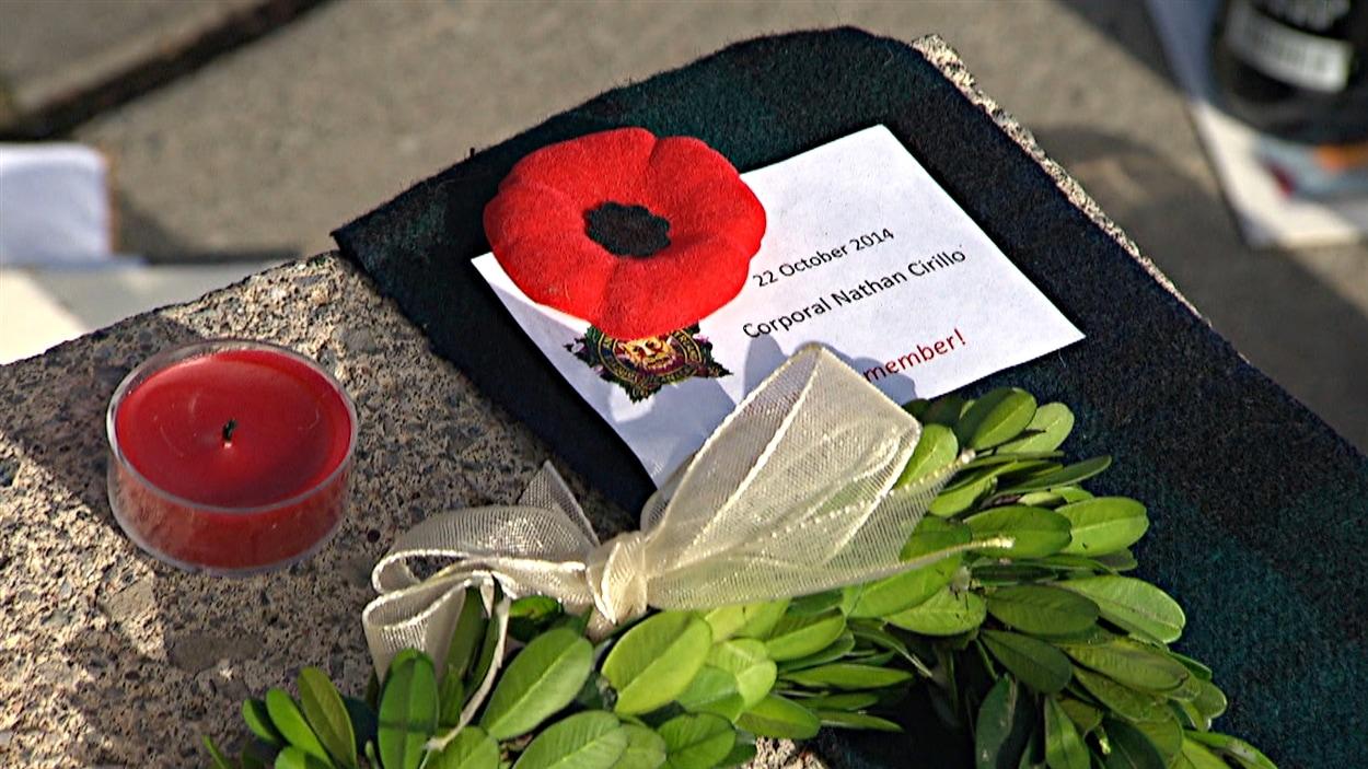 De nombreux citoyens d'Ottawa ont spontanément décidé de porter déjà le coquelicot, troublés par la mort du caporal Nathan Cirillo. (24-10-14)