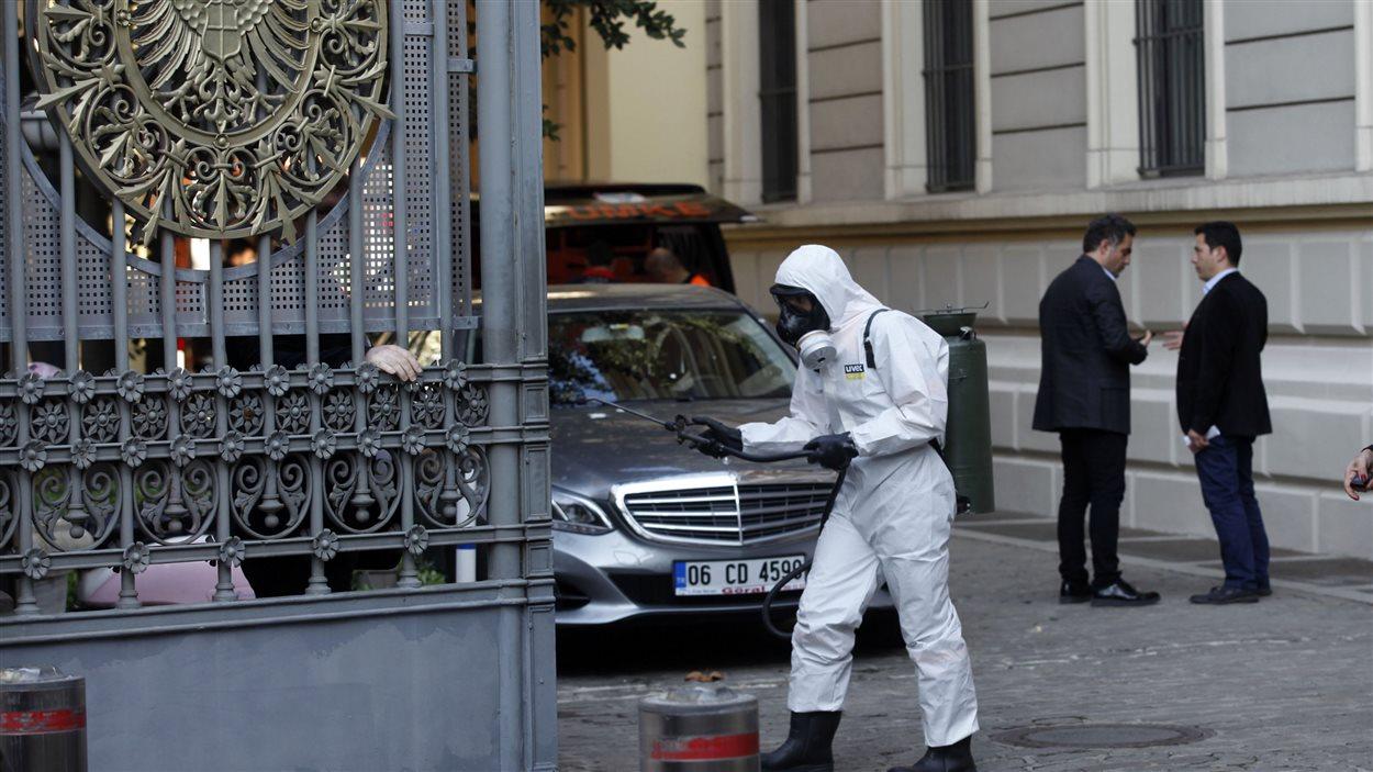 Un employé de l'organisme turc chargé des situations d'urgence procède à une décontamination préventive au consulat allemand, à Istanbul, le 24 octobre.