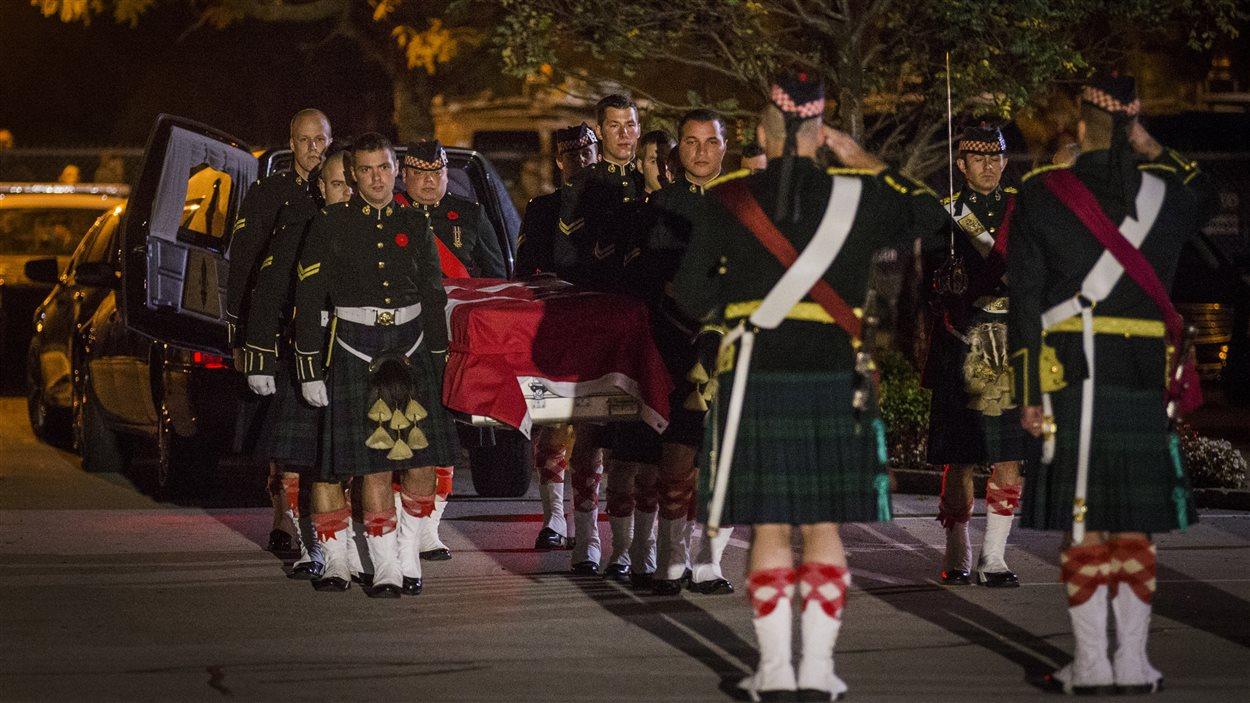Des porteurs de cercueil du régiment Argyll et Sutherland Highlanders du Canada ont porté la dépouille du caporal Cirillo au salon funéraire de Hamilton.