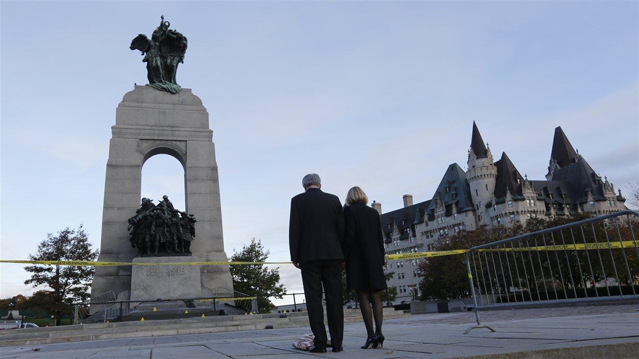 Le premier ministre Stephen Harper et son épouse ont déposé des fleurs à la mémoire de Nathan Cirillo au Monument commémoratif de guerre, à Ottawa.
