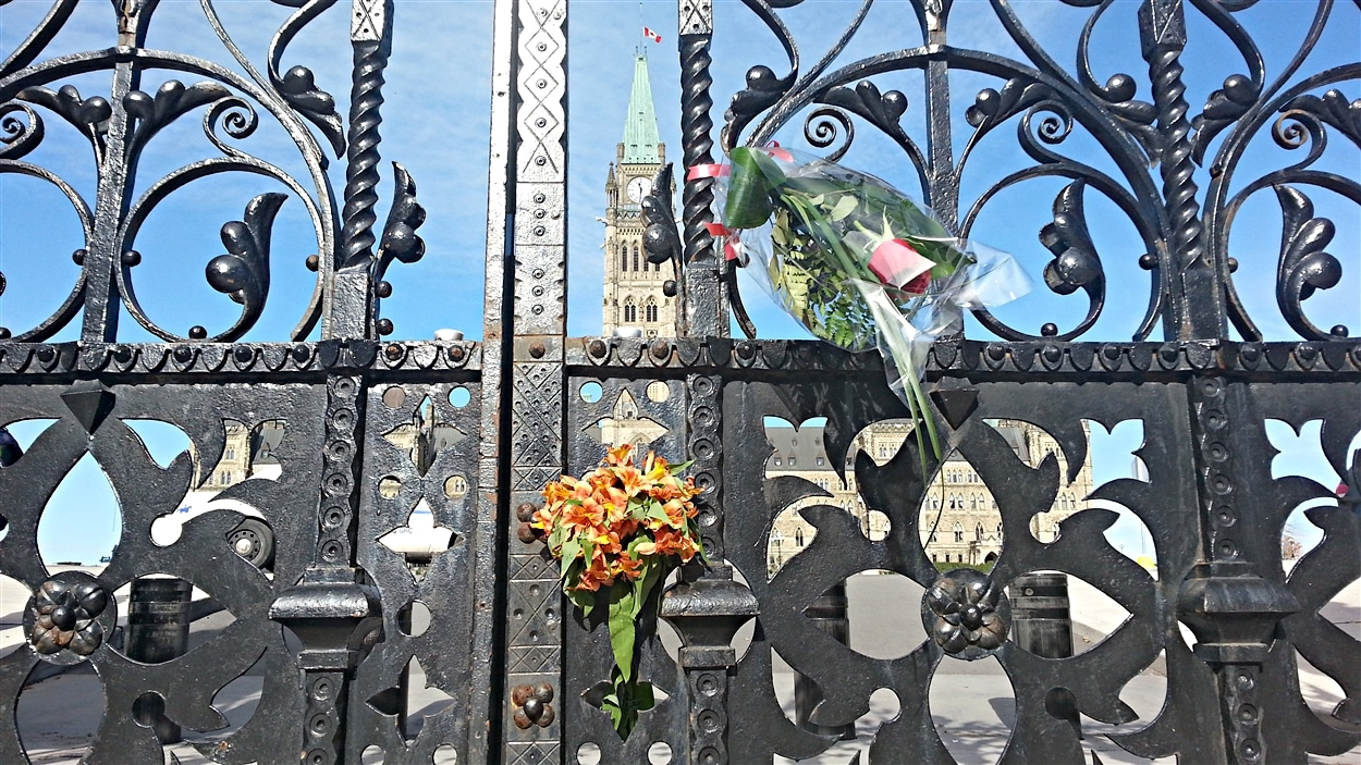 Des fleurs ont été déposées devant le parlement d'Ottawa, à la mémoire du caporal Nathan Cirillo, mort sous les balles. (23-10-14)