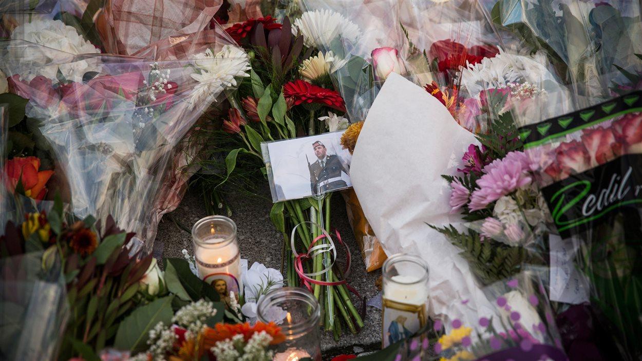 Des centaines de bouquets de fleurs ornent le Monument commémoratif à Ottawa, où le caporal Nathan Cirillo a perdu la vie mercredi.