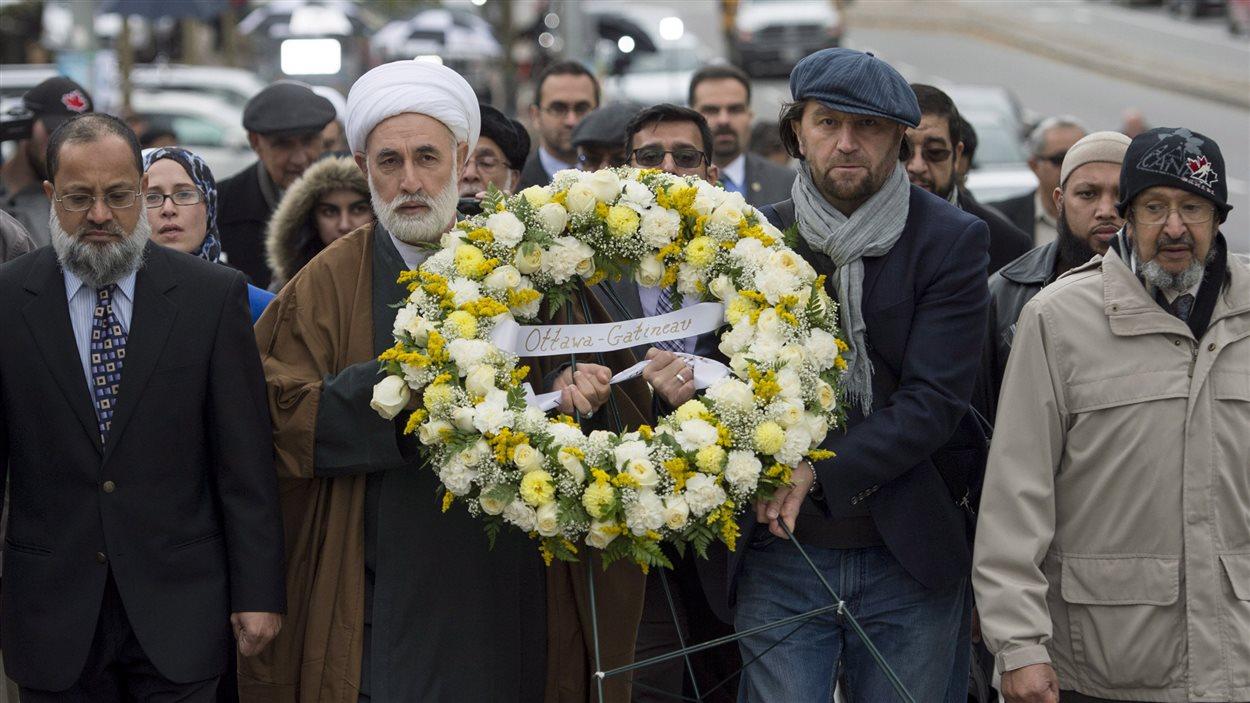 Un leader religieux et des fidèles musulmans présentent leurs condoléances et déposent une couronne de fleurs au Monument commémoratif de guerre.