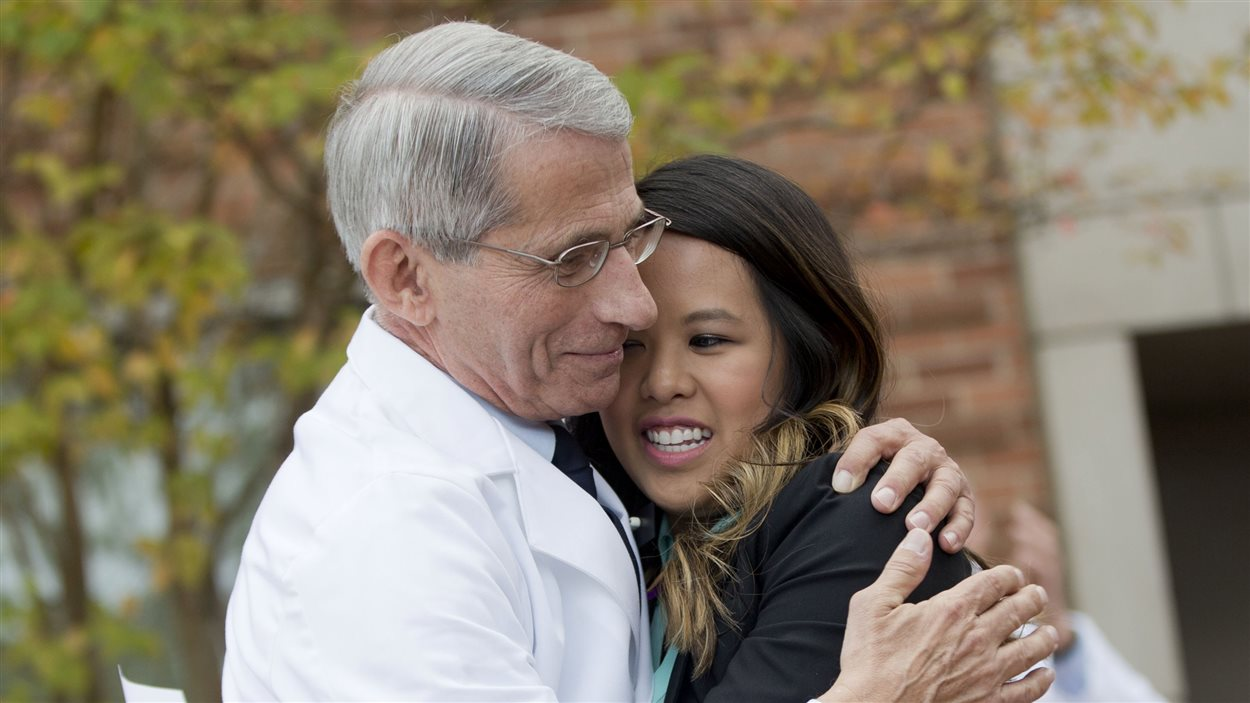 L'infirmière Nina Pham est enlacée par le Dr. Anthony Fauci du National Institutes of Health (NIH)