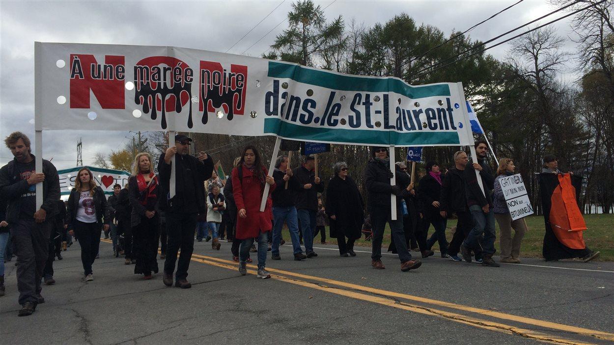 Des manifestants protestent à Sorel-Tracy contre le pétrole provenant des sables bitumineux.