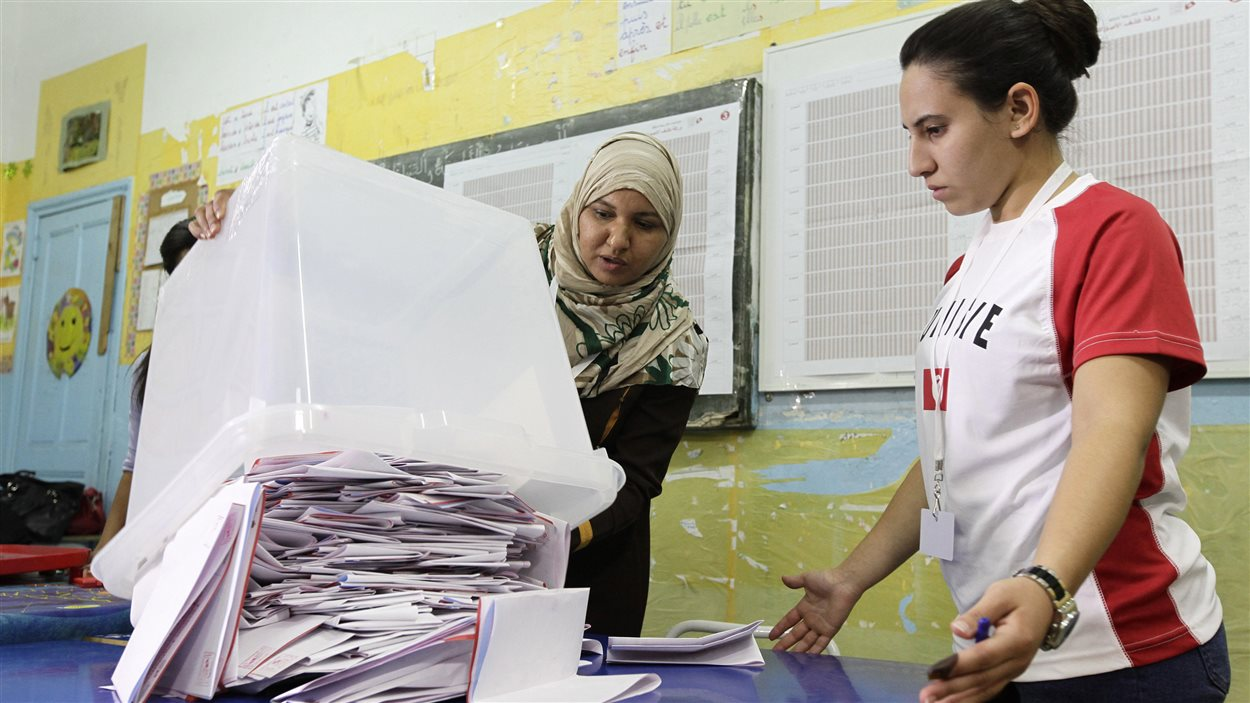 Dépouillement des bulletins de vote à Tunis