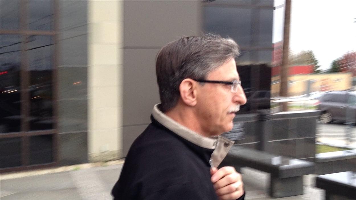 Le père de Justin Bourque, Victor Bourque, à sa sortie du palais de justice de Moncton.