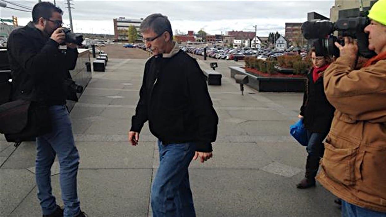 Le père de Justin Bourque, Victor, à sa sortie de la cour