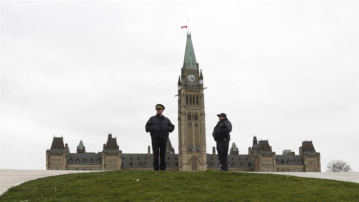Des agents de la GRC devant le parlement à Ottawa