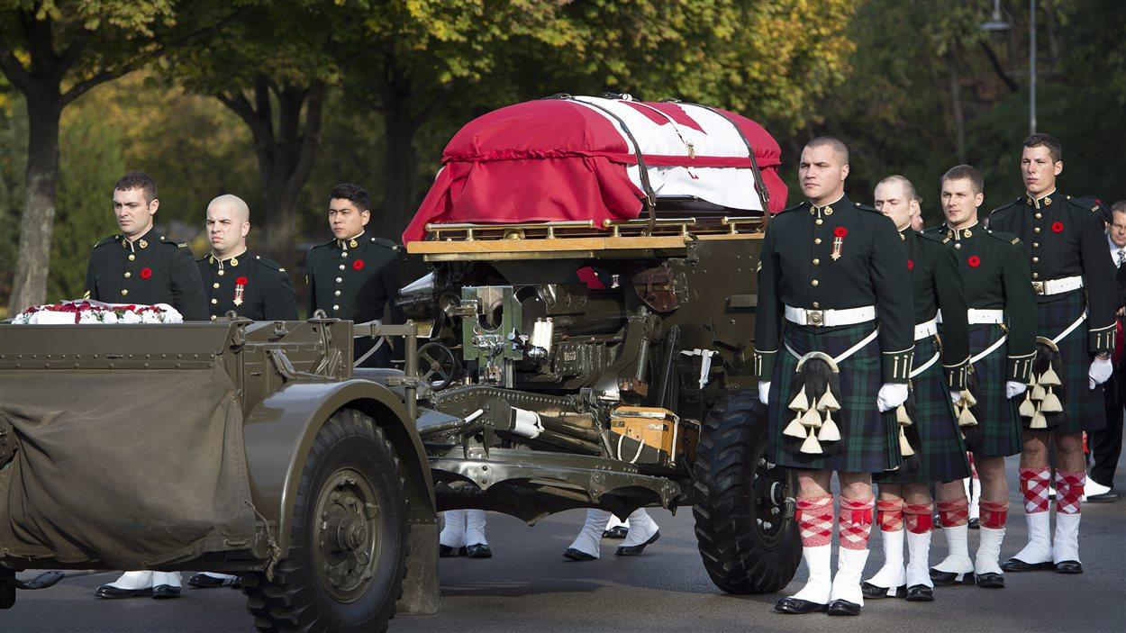 Le cercueil du caporal Nathan Cirillo est conduit vers la cathédral Christ's Church de Hamilton.