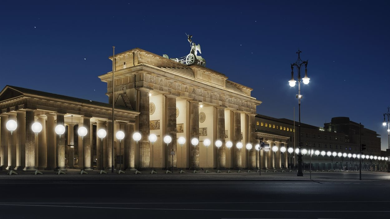 Maquette de l'installation Lichtgrenze devant la porte de Brandebourg