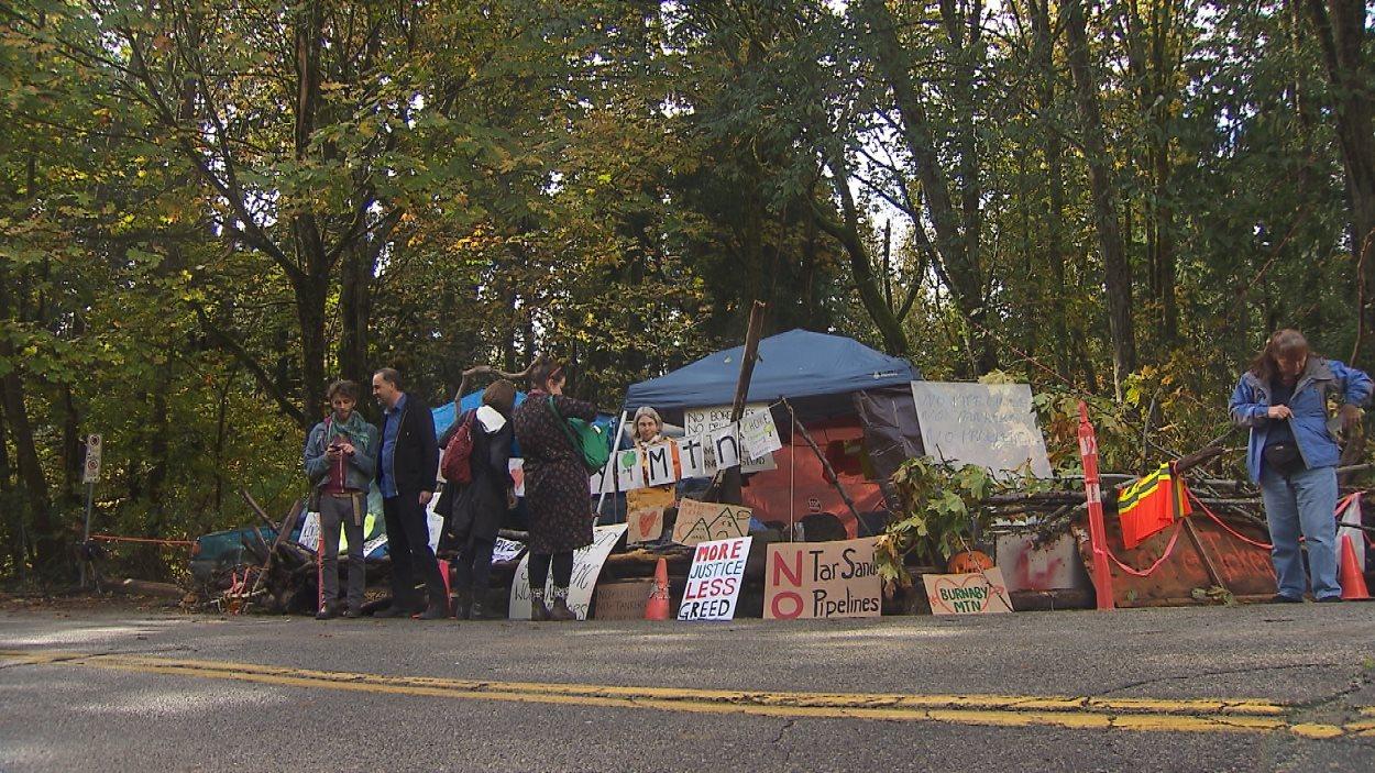Le camp établi par plusieurs dizaines de manifestants sur le mont Burnaby pour empêcher les travaux de Kinder Morgan.
