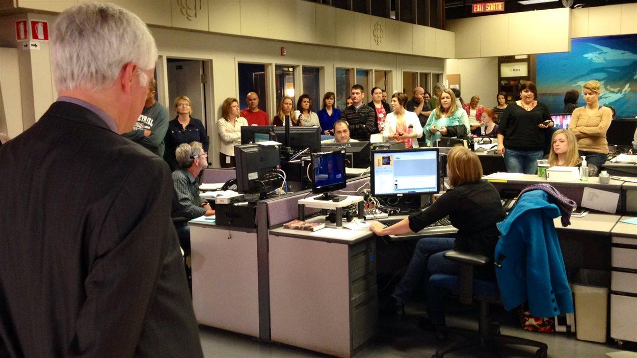 Le directeur de Radio-Canada Acadie, Richard Simoens, s'adresse aux employés