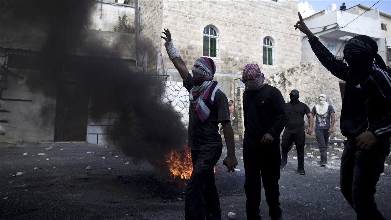 Des Palestiniens affrontent les forces de sécurité israéliennes dans les rues de Jérusalem-Est.