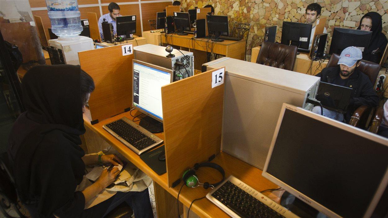 Des clients utilisent les ordinateurs d'un café Internet de Téhéran, en Iran (archives).