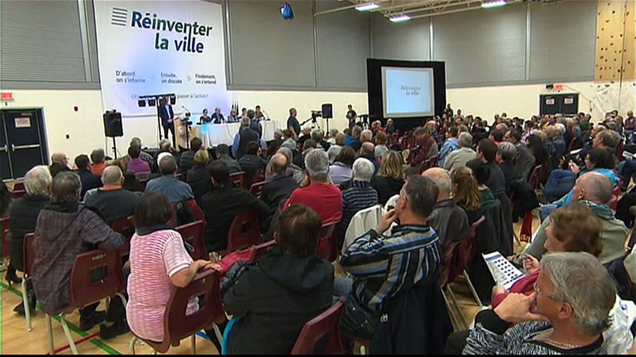 Des centaines de citoyens ont assisté à une réunion organisée par la Ville de Lac-Mégantic sur le sort réservé aux bâtiments situés dans la zone rouge.