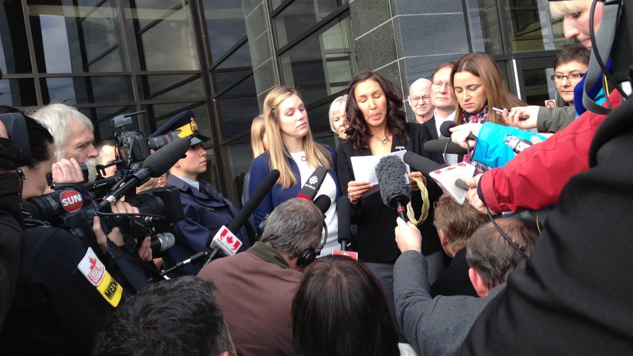 Les trois veuves des gendarmes tués par Justin Bourque en point de presse.