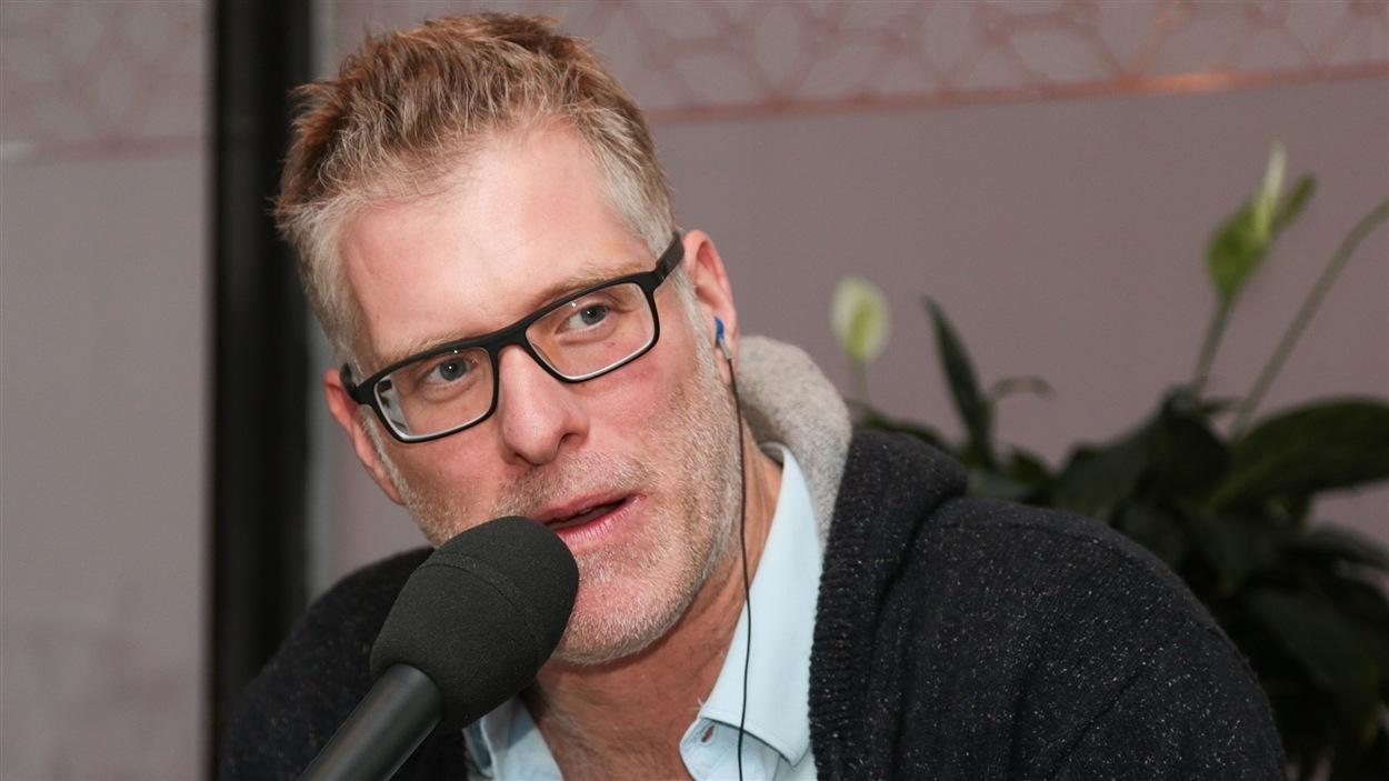 Depuis qu'il a interprété un rôle de policier à la télévision, Fred Savard se la joue George Clooney.