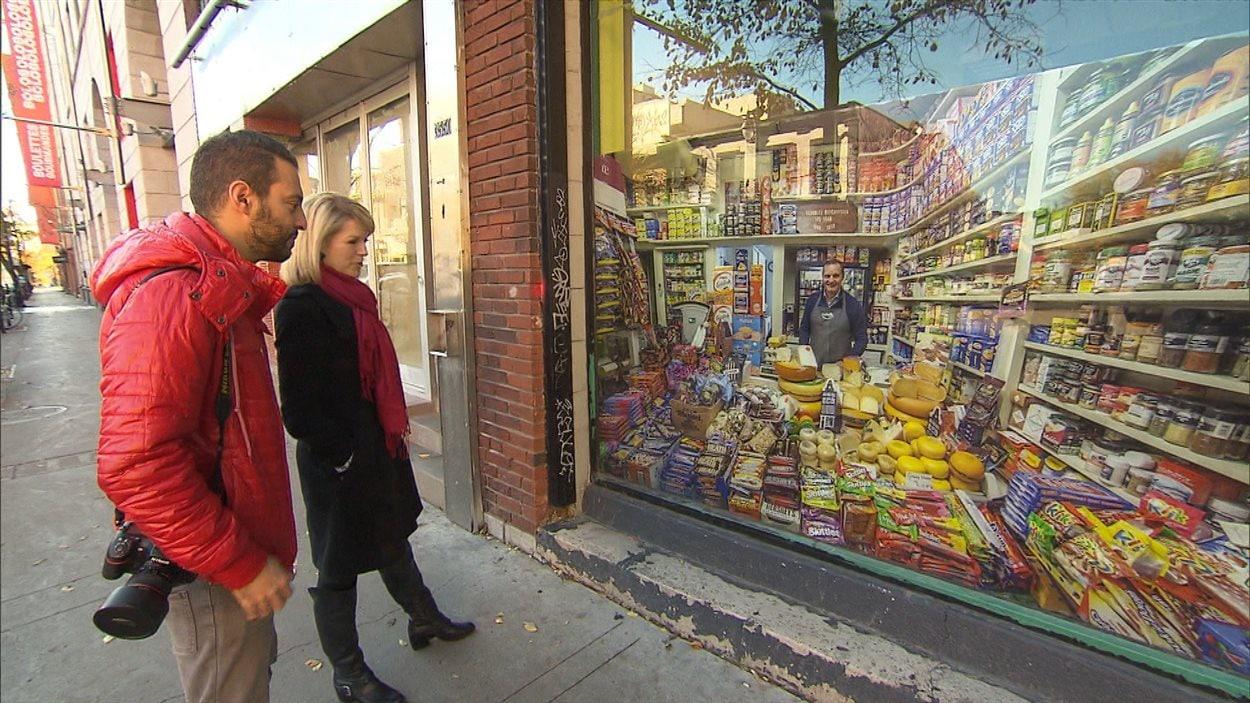 Vladimir Antaki et Tanya Lapointe devant une vitrine, rue St-Laurent