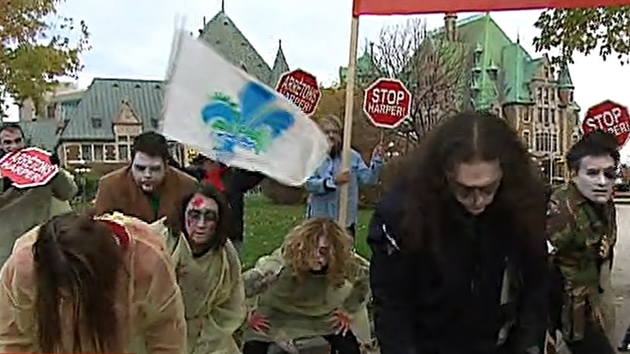 Des fonctionnaires déguisés en zombies dénoncent l'austérité budgétaire du Québec.