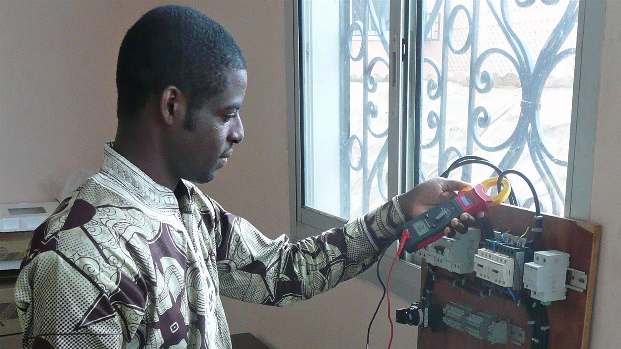 Guy Ngounou, ingénieur, dans le laboratoire CURES de l'École Polytechnique de Yaoundé.